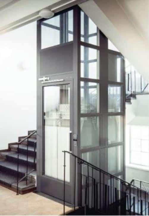 Elevator i hovedtrappen